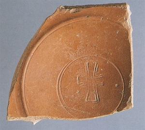 Fragmento de Terra Sigillata hispânica Tardia com crísmon