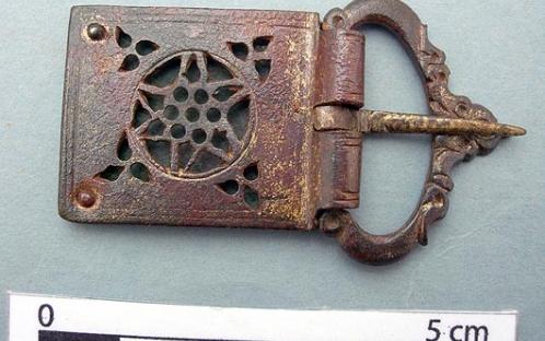 Fivela de bronze (século XII) após a intervenção de conservação